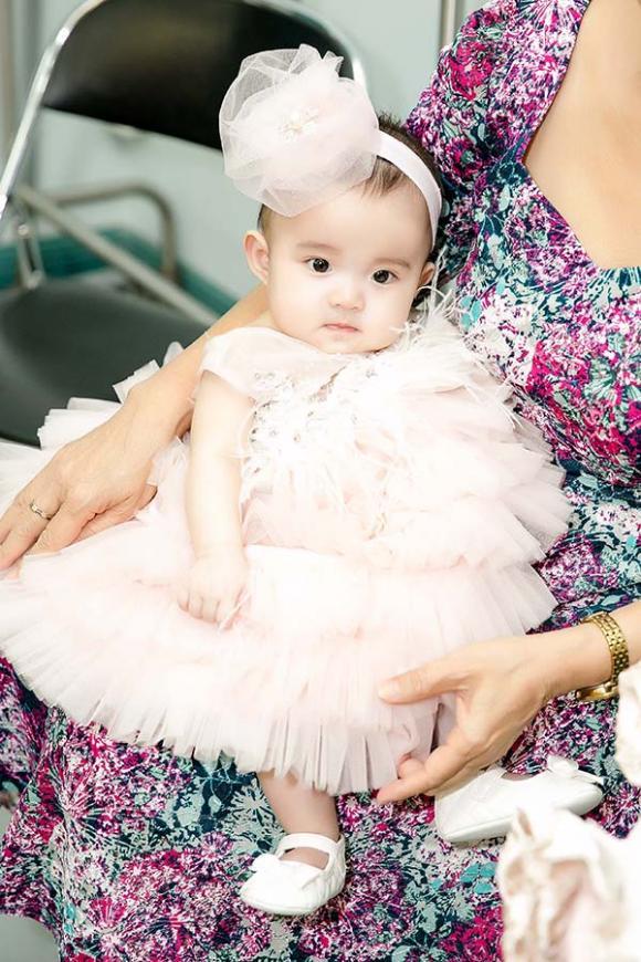 Vy Oanh lần đầu cùng con gái 6 tháng tuổi lên sân khấu biển diễn