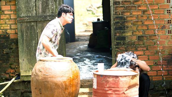 Lý Hải hé lộ cảnh tắm chung bán nude cực bá đạp của bộ ba Huy Khanh, Kiều Minh Tuấn và Song Luân