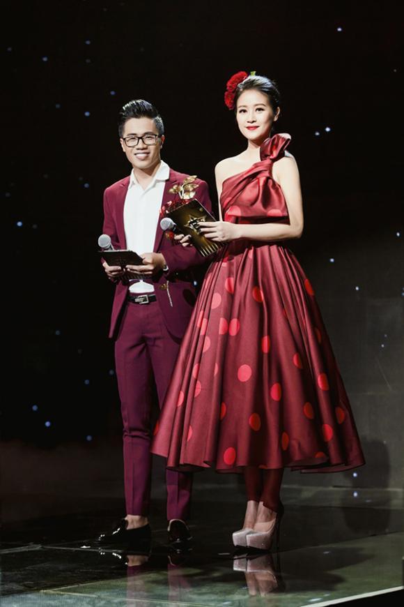 Gu thời trang gợi cảm nữ MC Phí Linh trên sóng truyền hình