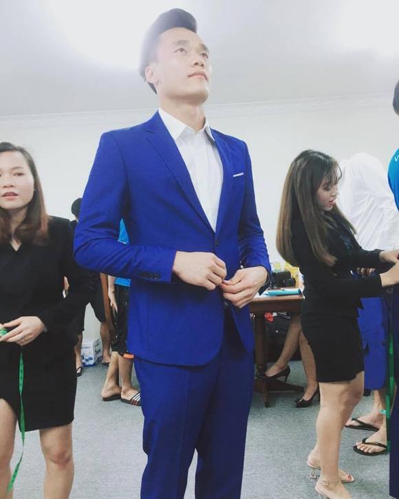 Tiến Dũng lịch lãm khi mặc vest.