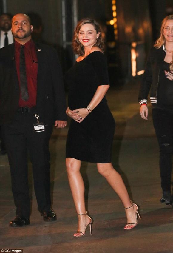 siêu mẫu Miranda Kerr, miranda kerr bầu bí, váy ngắn, giày cao gót