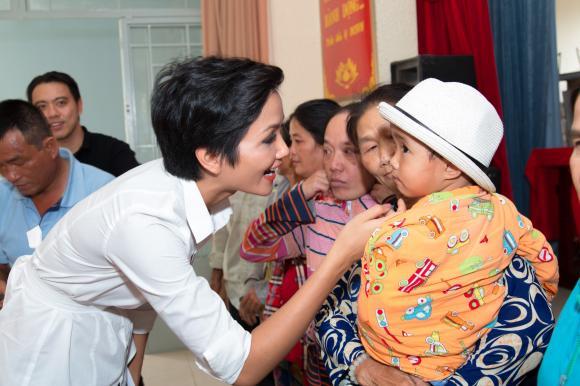 Hoa hậu H'Hen Niê,  á hậu Hoàng Thuỳ, Cẩm Tiên, hoa hậu từ thiện