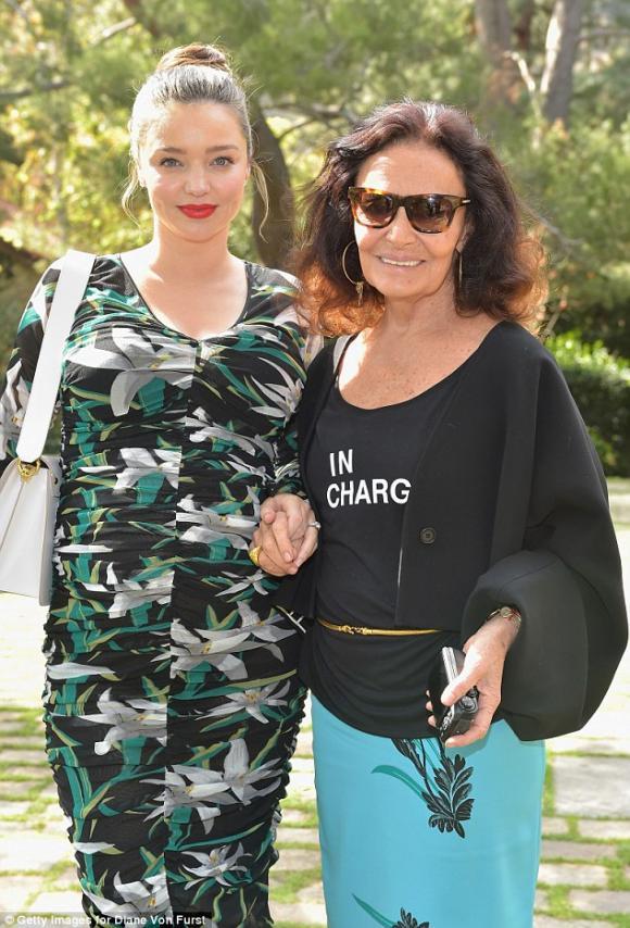 siêu mẫu Miranda Kerr,bà bầu đi giày cao gót, khoe bụng bầu