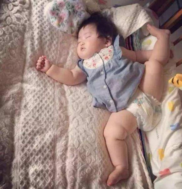 khi bé có dấu hiệu này phải tách giường, ngủ chung với bố mẹ, chăm con, cách chăm con