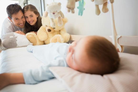 Bố mẹ lúc nào cũng thích bồng bế con, chăm con, cách chăm con đúng cách