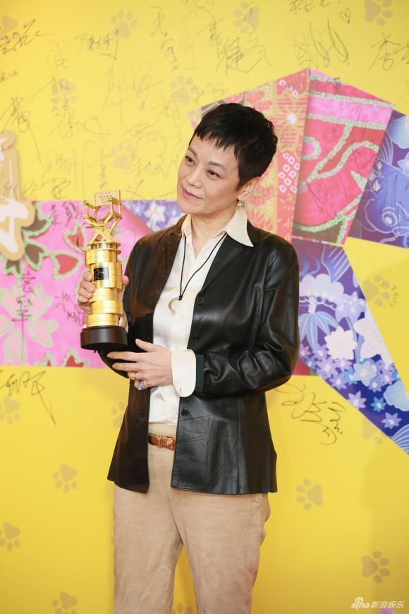 lễ trao giải hong kong film directors' guild, triệu vy kém sắc, triệu vy lộ dấu vết tuổi tác, ôn bích hà trẻ trung