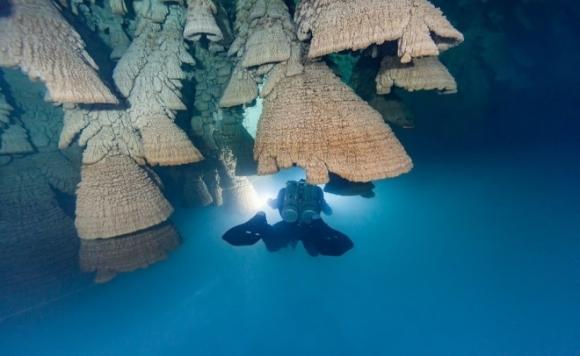 hồ nước tuyệt đẹp, nhìn như hồ chứa nước tuyệt đẹp, lặn xuống ai cũng bị mê hoặc