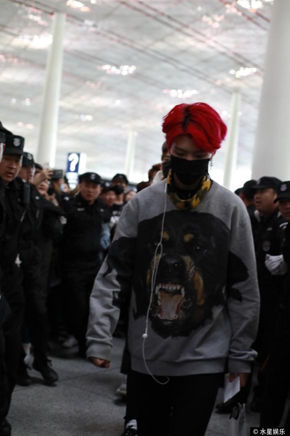 Chính thức vào showbiz, em trai Phạm Băng Băng được hơn chục vệ sĩ bảo vệ