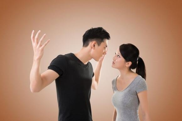 Từng tị nạnh với vợ, tự nhiên chồng đổi tính xung phong đi đổ rác và sự thật đau đớn phía sau