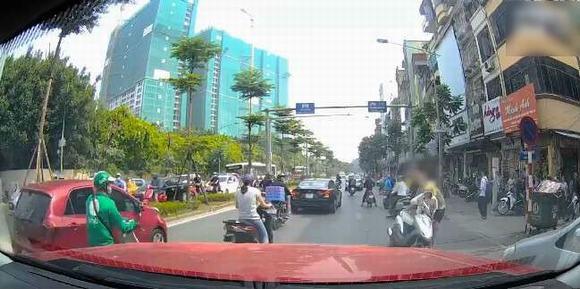 ninja lead,ninja lead dừng xe giữa đường,giao thông Việt Nam
