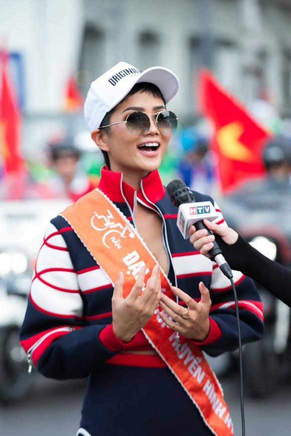 Hoa hậu H'Hen Niê chạy xe đạp cùng các bạn trẻ trong ngày 30/4