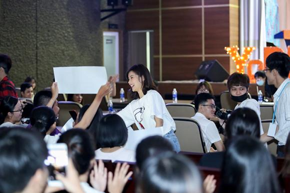 Hoàng Yến Chibi xúc động khi được fan từ Mỹ gửi tặng ngôi sao mang tên mình