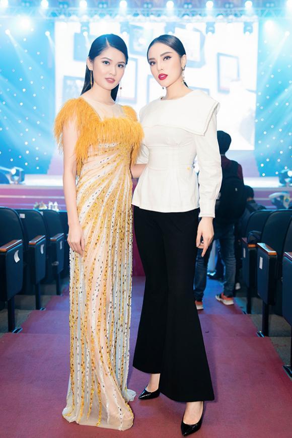 Hoa hậu Kỳ Duyên diện áo khoét lưng sâu hun hút về trường Ngoại thương làm giám khảo nhan sắc