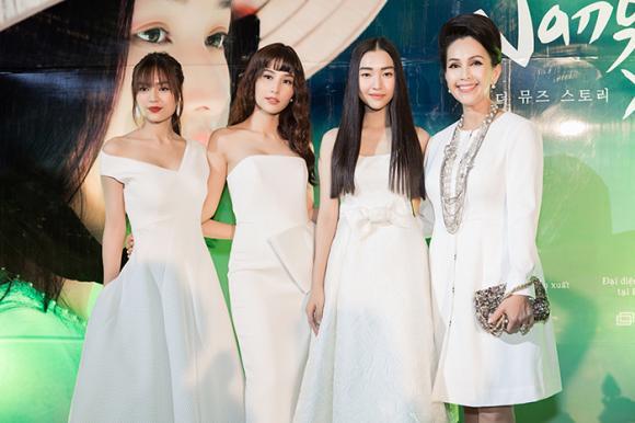 Dàn người đẹp cùng diện gam trắng tinh khôi khiến người dân Huế ngẩn ngơ