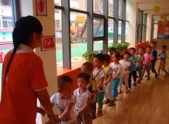 trẻ tổn thương, bố mẹ tham gia hoạt động cùng con, trẻ đi mẫu giáo