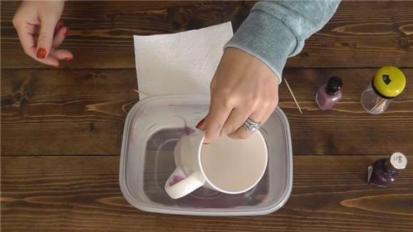 Đặt cốc trắng vào nước sơn móng tay, khối người bị sốc vì kết quả, cách trang trí cốc mới lạ