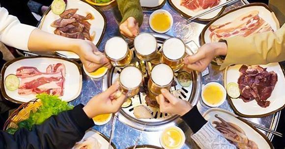 uống rượu bia, rượu bia, đồ ăn