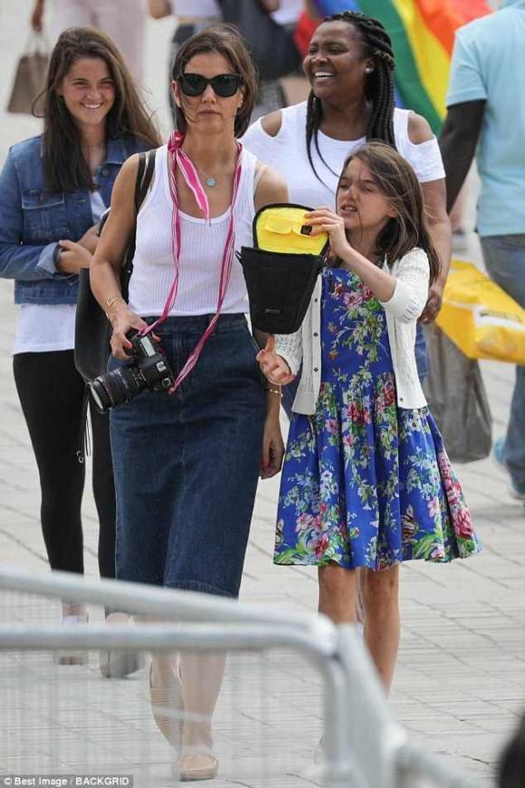 Suri và  Katie Holmes,con gái Tom Cruise,vợ cũ Tom Cruise