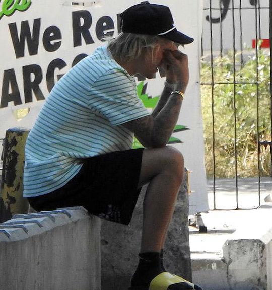 Khoảnh khắc khó hiểu: Justin Bieber mặt buồn rười rượi trước giờ ra mắt bố mẹ vợ - Ảnh 3.