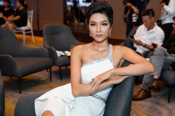 Hoa hậu H'Hen Niê, Á hậu Hoàng Thủy, sao Việt,Hoa hậu Hoàn vũ Việt Nam