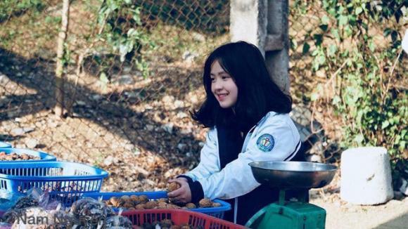 Cô bé bán trái cây ở Hà Giang được dân mạng ào ào xin thông tin vì xinh