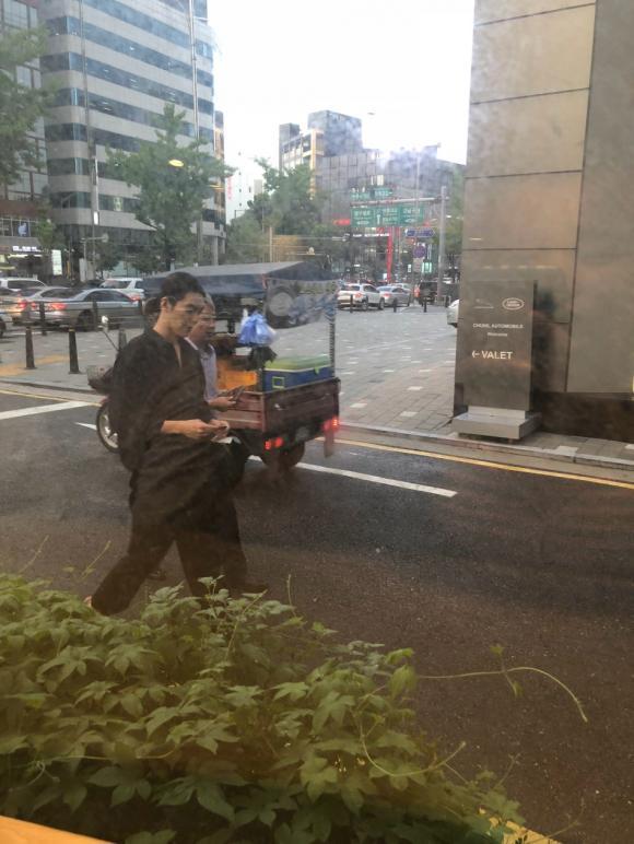 Hơn 1 năm điều trị ung thư cuối cùng Kim Woo Bin cũng lộ diện, vẫn điển trai, tóc lại dài lãng tử