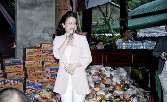 Nhật Kim Anh rơi nước mắt bên mẹ và chị gái khi làm từ thiện dịp sinh nhật