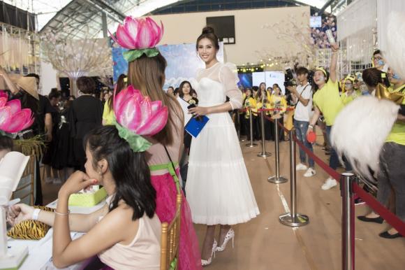 Thật không ngờ có ngày Võ Hoàng Yến lại nữ tính như công chúa như thế này dự sự kiện