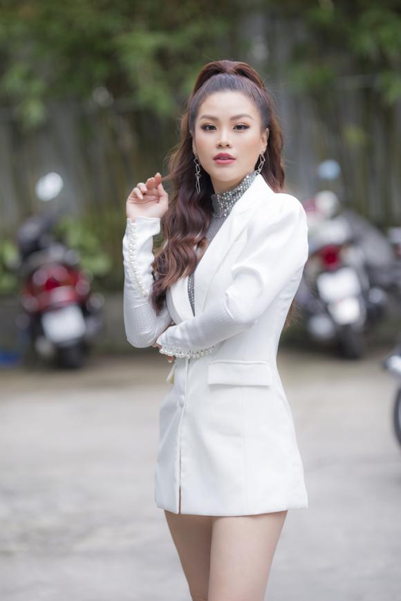 Á hậu Diễm Trang diện cây trắng thời trang đi làm giám khảo