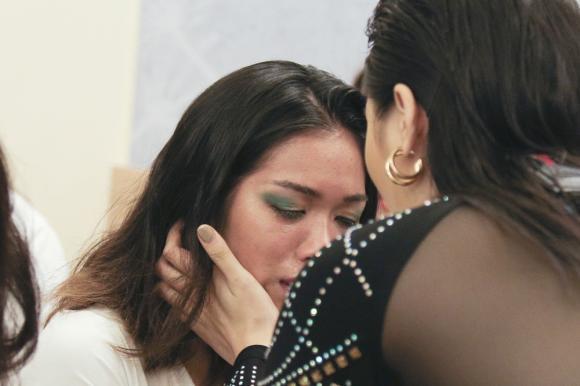 Siêu mẫu Việt Nam: Hương Giang vui vẻ dẫn đầu, Kỳ Duyên khóc hết nước mắt vì 'bại trận'