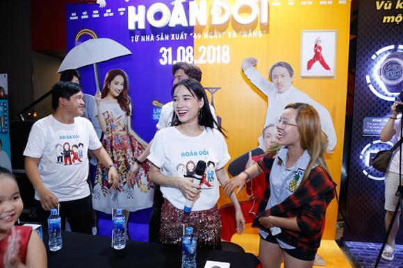 Nhã Phương diện áo thun rộng, một mình đi hẹn hò các fan cùng Ngô Kiến Huy