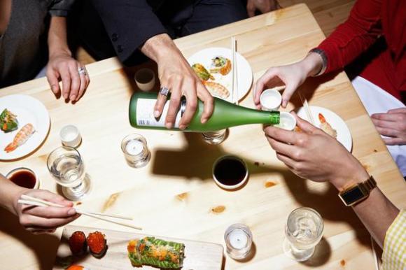 Cách xử lý khi đi ăn gặp sếp, đi ăn gặp sếp, xử trí làm sao khi đi ăn gặp sếp