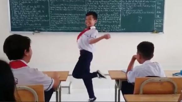 clip vui, Bị cô phạt, cậu bé nhảy sung như vũ công