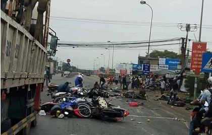 container tông hàng loạt xe máy, tai nạn kinh hoàng ở long an, tai nạn giao thông