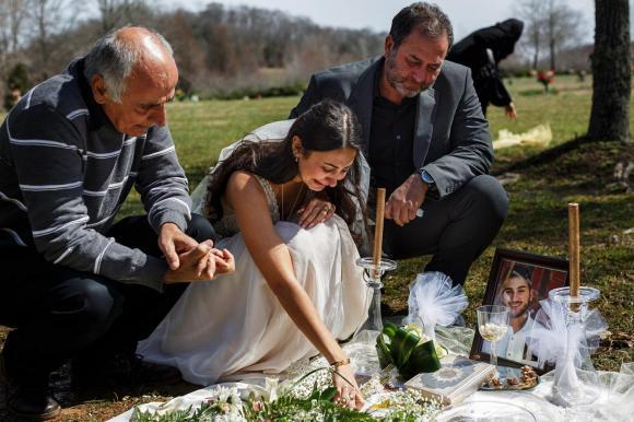 Mặc váy cô dâu đến thăm mộ hôn phu, chuyện tình cảm động, mạng xã hội