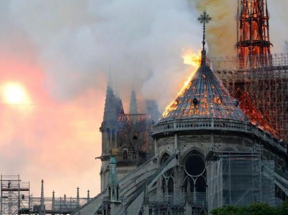 cháy nhà thờ, Nhà thờ Đức Bà Paris,  lính cứu hỏa