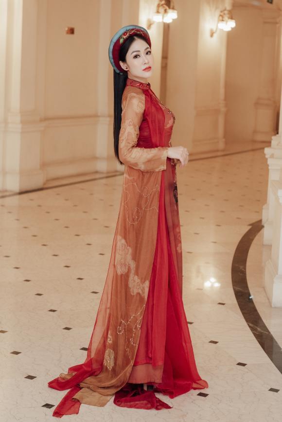 Hoa hậu Tuyết Nga hội ngộ cô giáo Anh Thơ trong đêm nhạc cách mạng