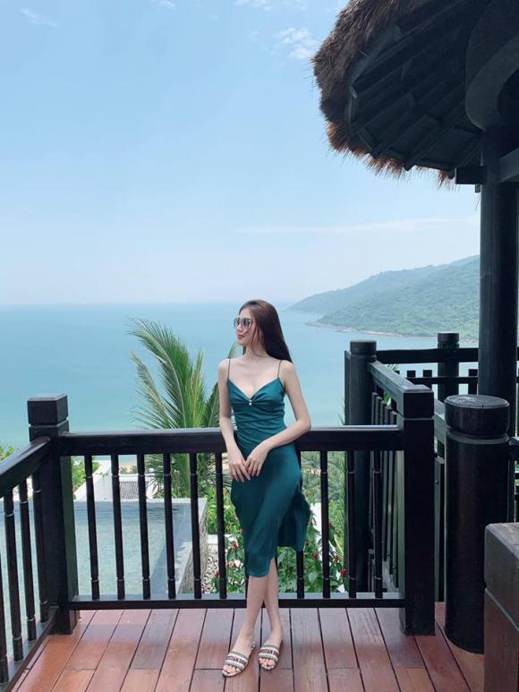 Ngọc Duyên được chồng đại gia bế bổng khi đi dạo trên bờ biển