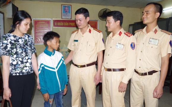 bé trai đạp xe từ Nam Định lên Hà Nội, bé trai đạp xe hơn 100km tìm mẹ, mạng xã hội