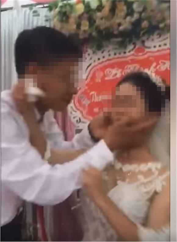 Cô dâu không cho chồng hôn, mạng xã hội