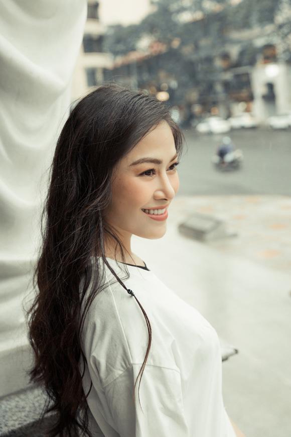 Hoa hậu Tuyết Nga xinh đẹp, trẻ trung với áo dài trắng dạo phố thủ đô ngày hè
