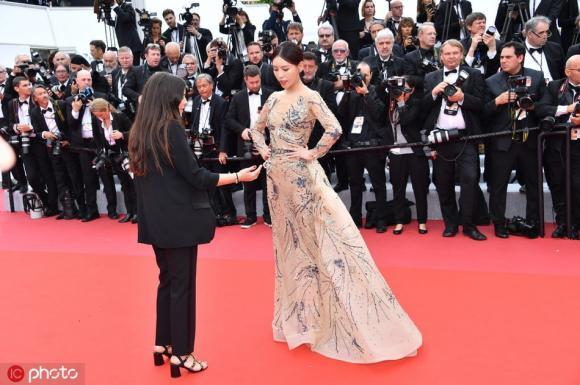 """A hoàn trong """"Diên Hi công lược"""" bị đuổi khéo trên thảm đỏ Cannes vẫn dày mặt tạo dáng lố bịch"""