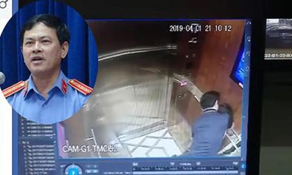 quỳ xuống sàn thang máy nhìn váy phụ nữ, kẻ biến thái trong thang máy