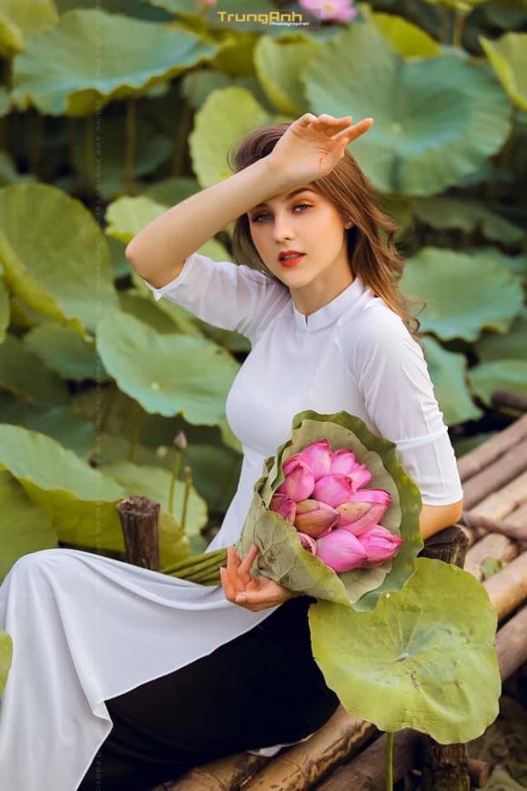 mẫu Tây,  mẫu Tây ở đầm sen, ảnh ở đầm sen, chụp ảnh với sen, tạo dáng đẹp với sen