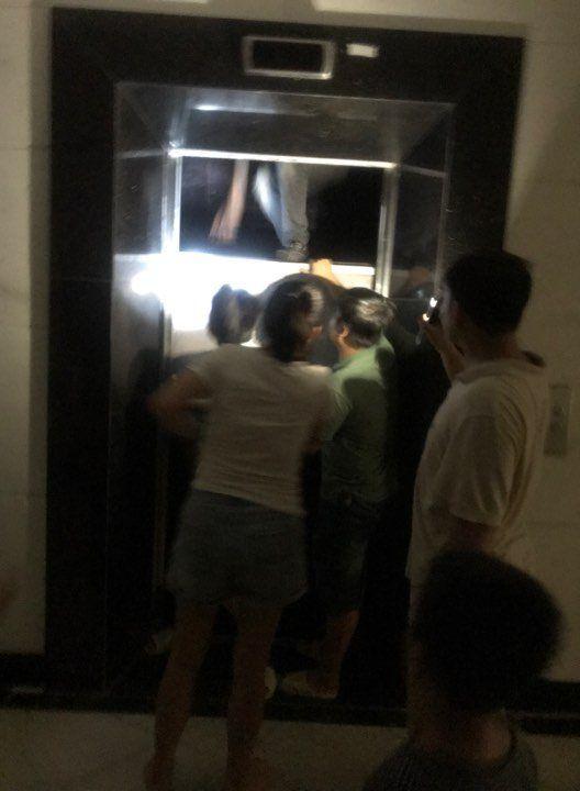 mắc kẹt trong thang máy, chung cư,