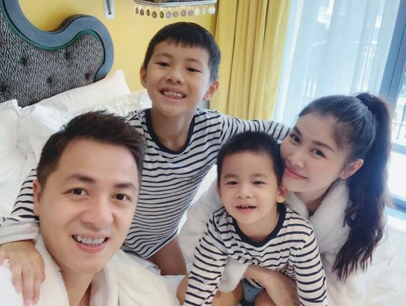 Đi chơi cùng các con ở Sa Pa, vợ chồng Đăng Khôi vẫn tranh thủ trao nhau nụ hôn ngọt ngào
