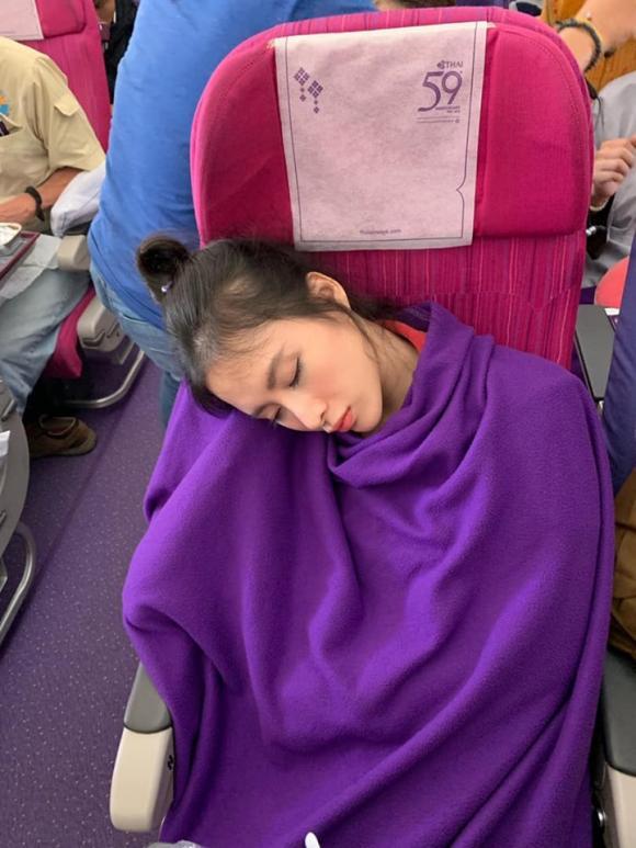 Angela Phương Trinh, Angela Phương Trinh bị chụp lén, Angela Phương Trinh ngủ gật trên máy bay
