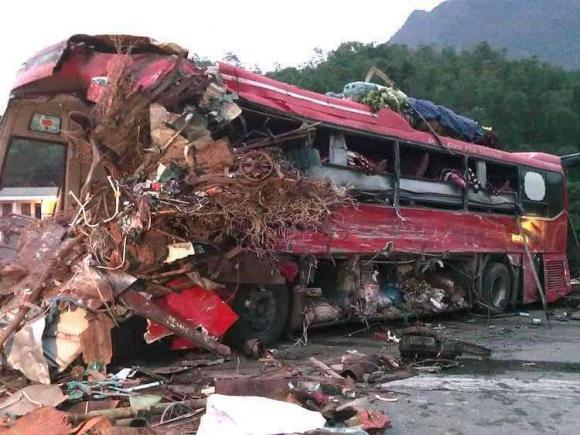 Xe tải đối đầu xe khách, Tai nạn giao thông, tai nạn thảm khốcở  Hoà Bình