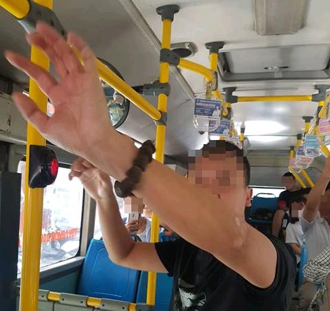 tự sướng trên xe buýt, Hành vi phản cảm, Biến thái