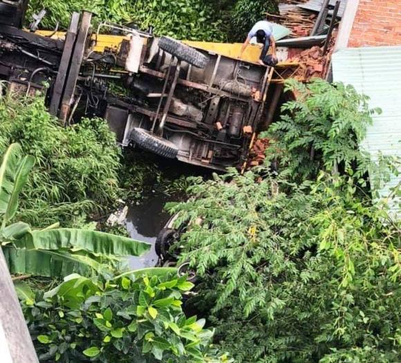 2 ô tô rơi khỏi cầu sau va chạm, tai nạn giao thông, An toàn giao thông